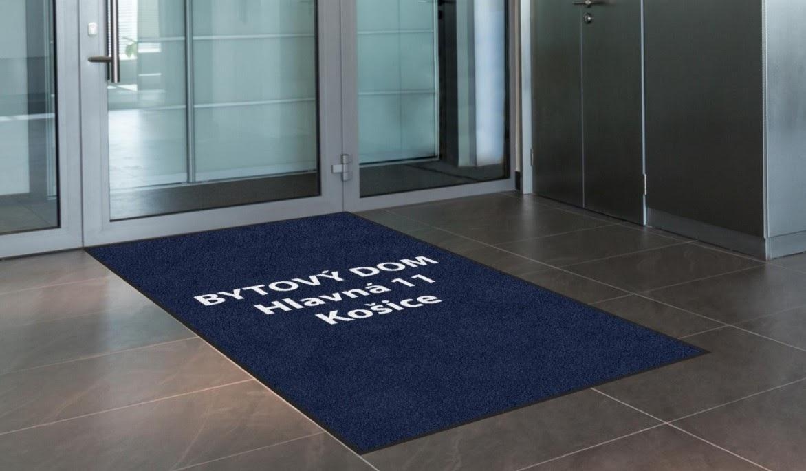Obrázok: Vstupná rohož s adresou bytového domu. Zdroj: Lindströmgroup.com